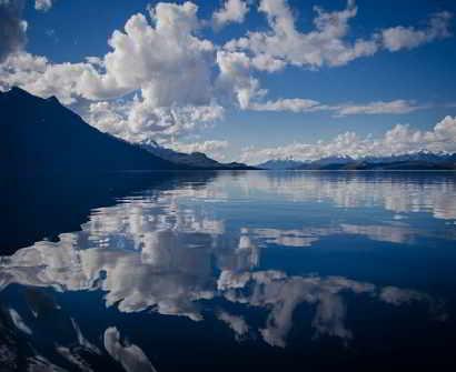 Imagen incluida con html, de un Lago con montañas